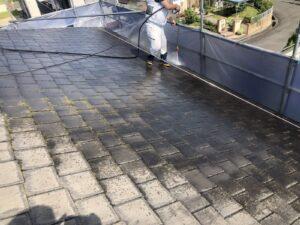 高圧洗浄機を使用して屋根瓦の水洗い